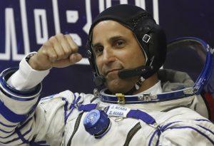 Astronauta Joe Acaba em traje espacial (© AP Images)