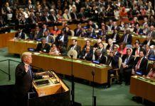 Donald Trump, à un pupitre, en train de parler à une assemblée (© AP Images)