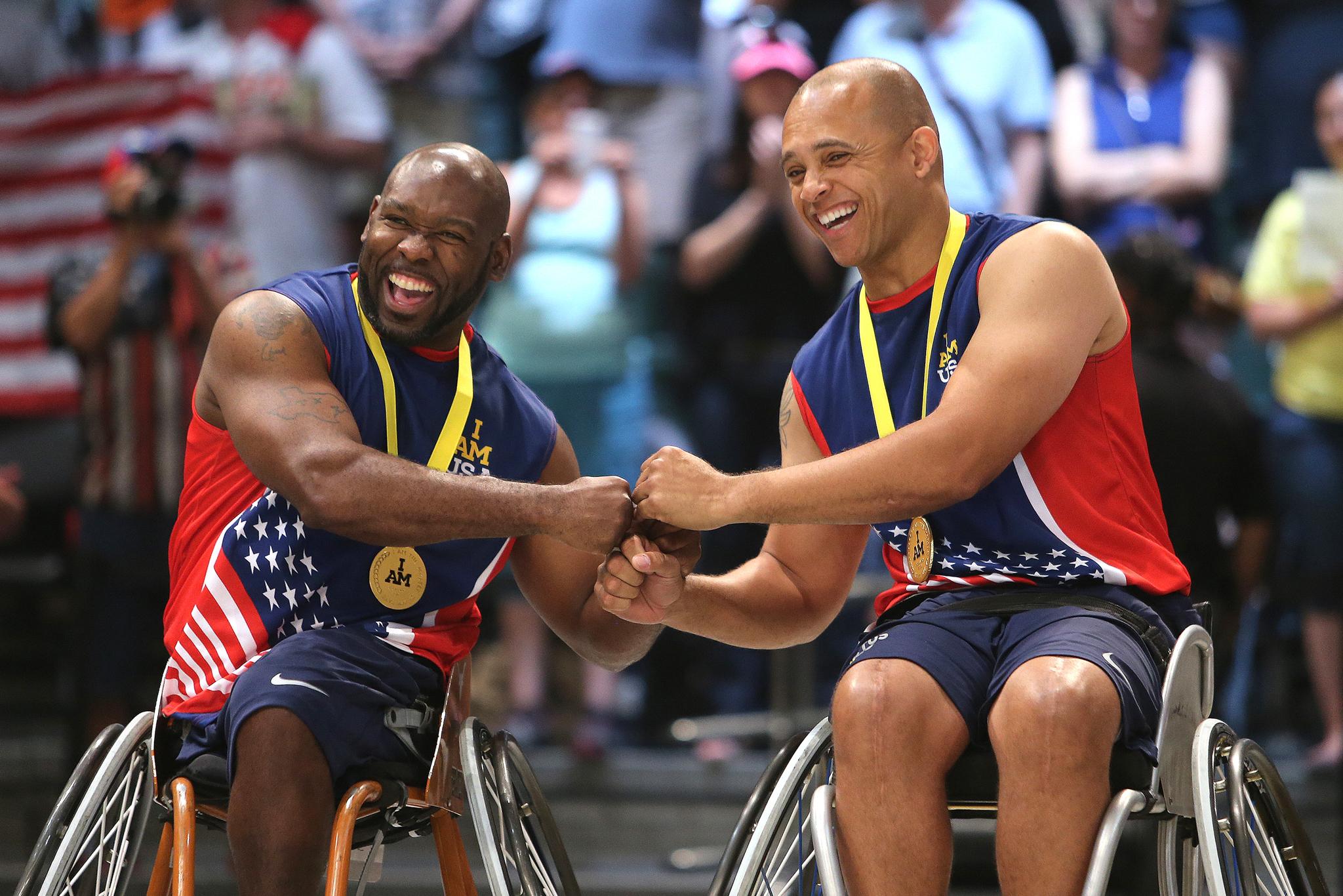 Dois homens em cadeiras de rodas se cumprimentam tocando os punhos (© Alex Menendez/Getty Images/Invictus Games)