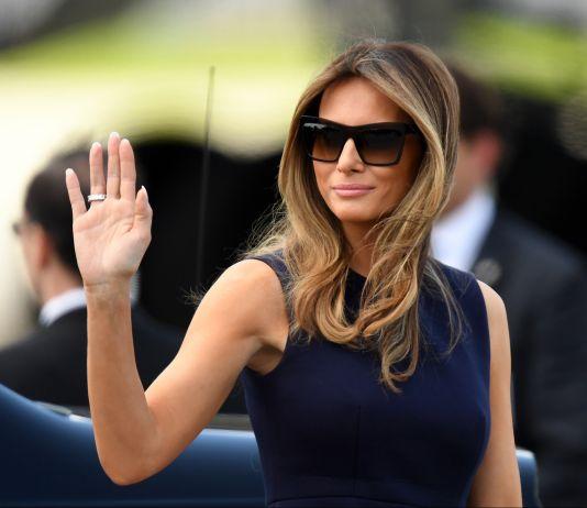 Melania Trump faisant un signe de la main (© Maciej Gillert/Gallo Images/Getty)