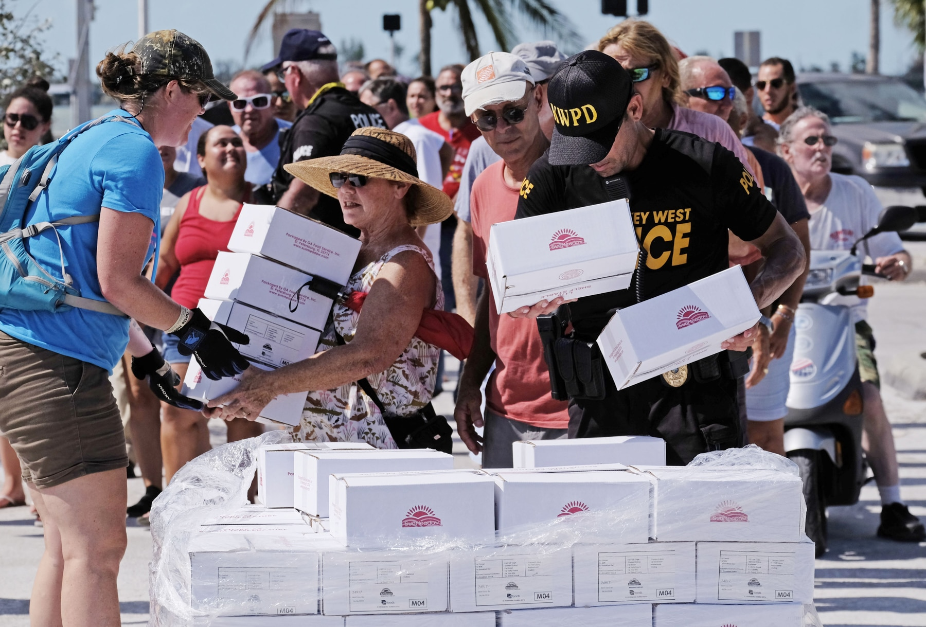 People taking boxes of supplies (© Gaston De Cardenas/AFP/Getty Images)