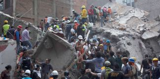 Rescue workers searching for survivors in rubble of an earthquake (© Rafael S. Fabres/Getty Images)