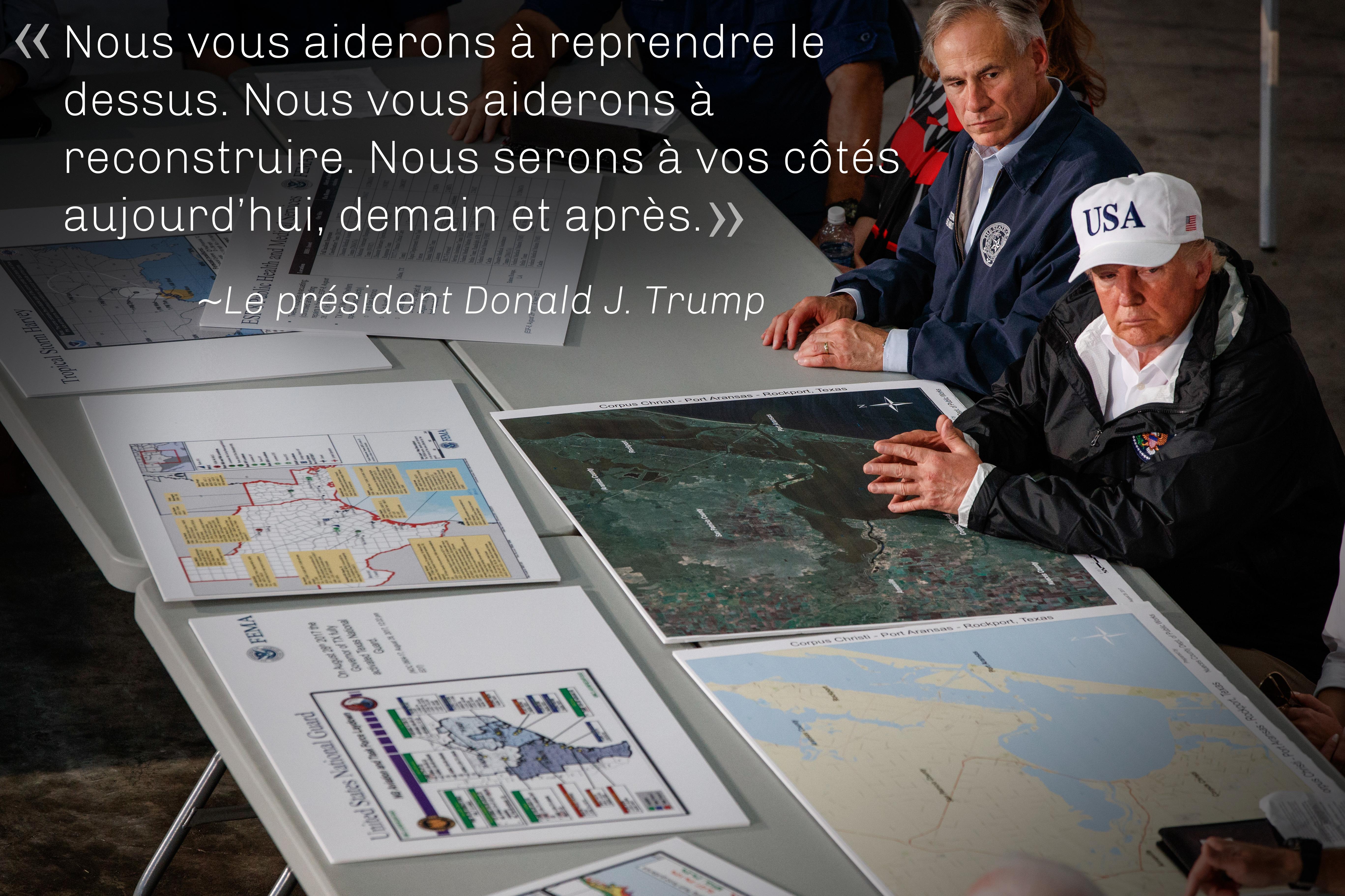 Citation du président Trump sur une photo de lui, assis à une table recouverte de cartes, à côté d'un autre homme (© AP Images)