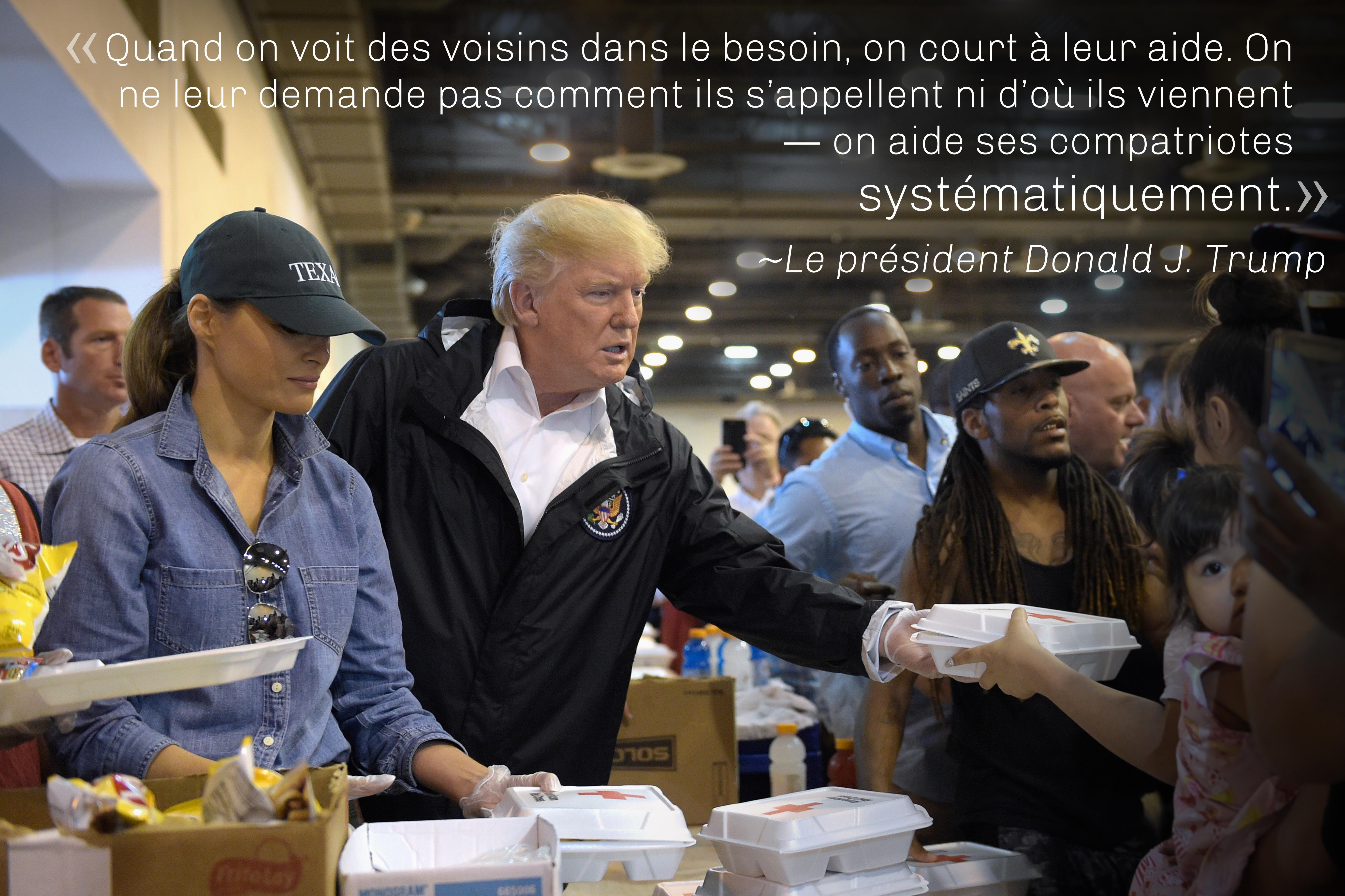 Citation du président Trump sur une photo le montrant en compagnie de Melania Trump en train de distribuer des repas (© AP Images)