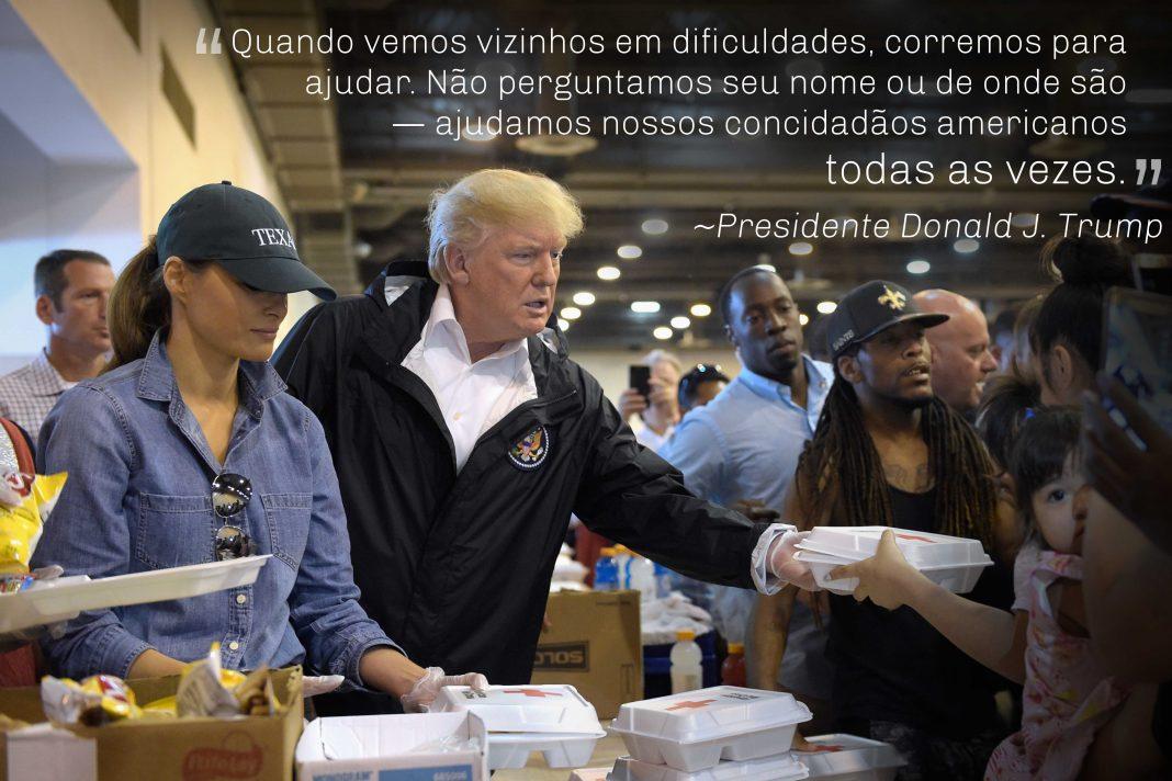 Citação do presidente Trump sobreposta à foto dele com Melania Trump distribuindo embalagens com alimentos para pessoas em abrigo (© AP Images)