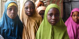 فتيات صغيرات من كانو، نيجيريا، يرتدين ملابس زاهية (© Videoblocks)