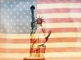 Estátua da Liberdade sobreposta à bandeira dos EUA (© Shutterstock)