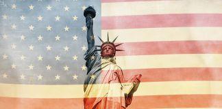 La statue de la Liberté avec le drapeau américain en filigrane (© Shutterstock)