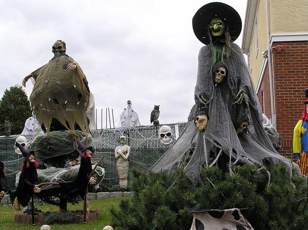 在万圣节,人们喜欢在房前屋后摆设包括女巫、骷髅、鬼怪、蜘蛛网和墓碑等在内的各种装饰。 (照片: Wikimedia Commons)