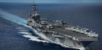 حاملة طائرات مبحرة في عرض البحر. (DOD)