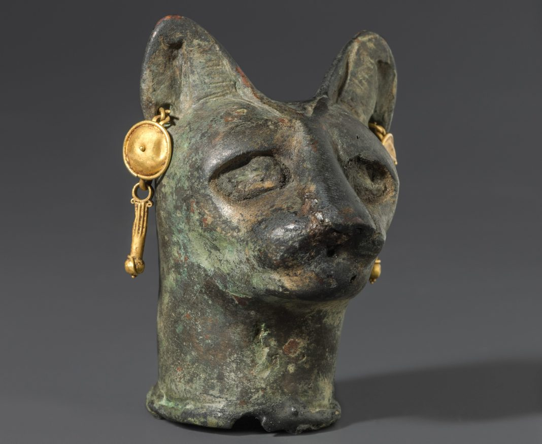 Statue of head of a cat (© Smithsonian Institution)