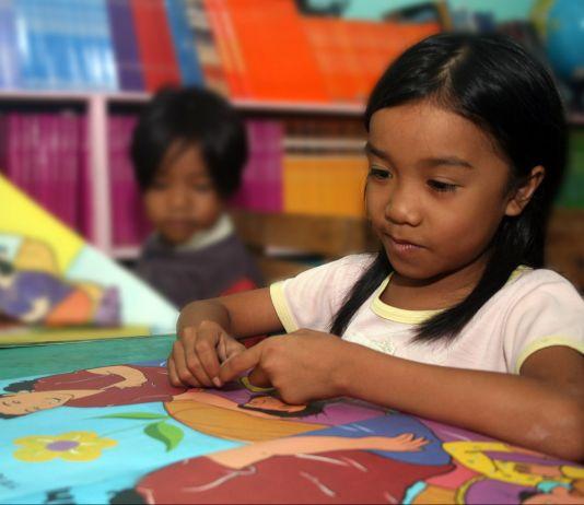 Estudante filipino lendo um livro (Leoncio Rodaje/Usaid Filipinas)