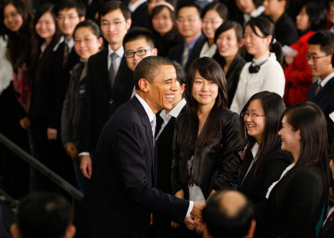 Barack Obama da la mano a miembros del público (© AP Images)