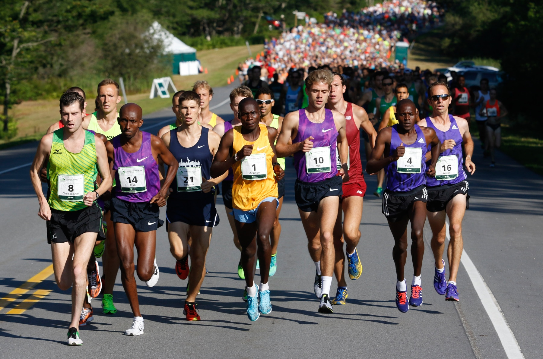 Group of men leading the pack in a running race (© AP Images)