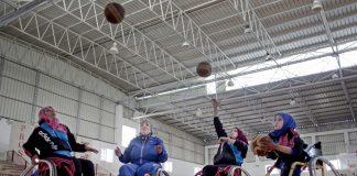 Tim bola basket kursi roda wanita pertama di wilayah Palestina berlatih. (© AP Images)