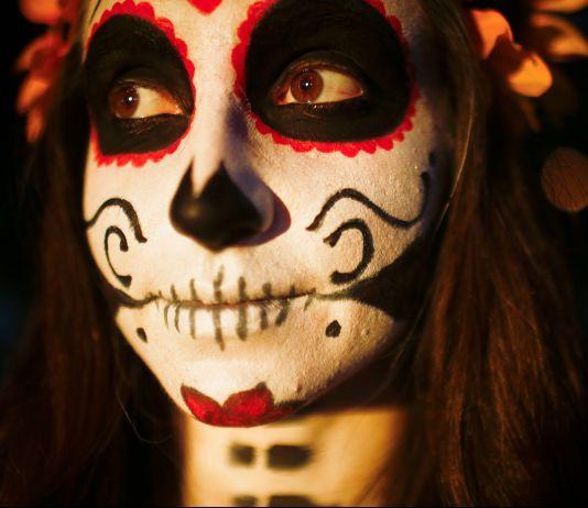 زنی با گریم صورت به شکل شیرینی اسکلتی (عکس از آسوشیتدپرس)
