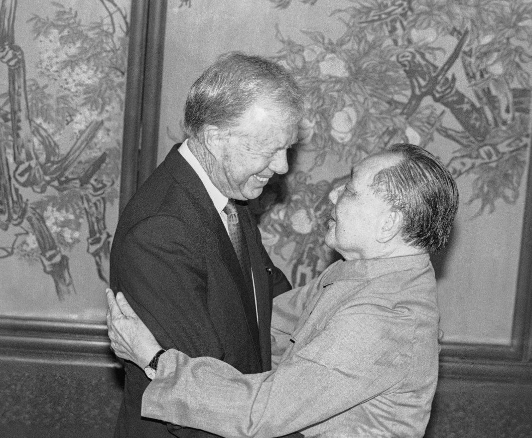 جمی کارٹر اور ڈینگ ژیاؤ پنگ گلے ملتے ہوئے۔ (© AP Images)