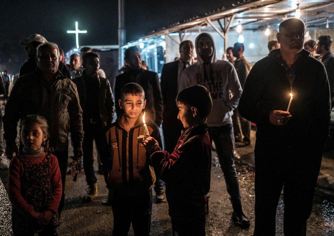 کودکان و بزرگ سالان در محوطه ای در فضای باز با شمع هایی در دست ایستاده و آزادی مذهبی خود را تحکیم می کنند. (عکس از آسوشیتدپرس)