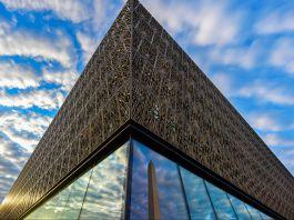کثیرمنزلہ عمارت کا ایک کونہ۔ (© Jahi Chikwendiu/Washington Post via Getty Images)
