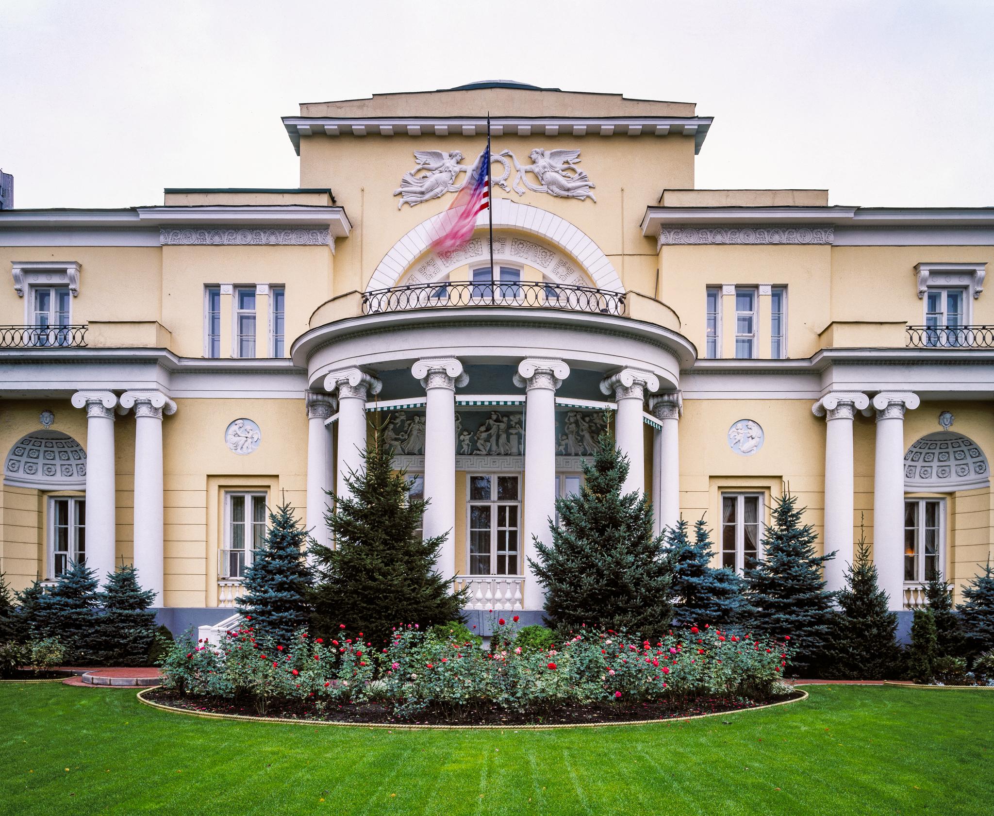 Bangunan kuning dengan kolom dan ukiran (State Dept.)
