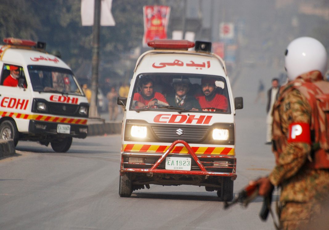 Ambulances and emergency workers in Pakistan (© Khuram Parvez/Reuters)