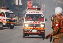 Ambulances and emergency workers in Pakistan (© Khuram Parvez/Reuters)