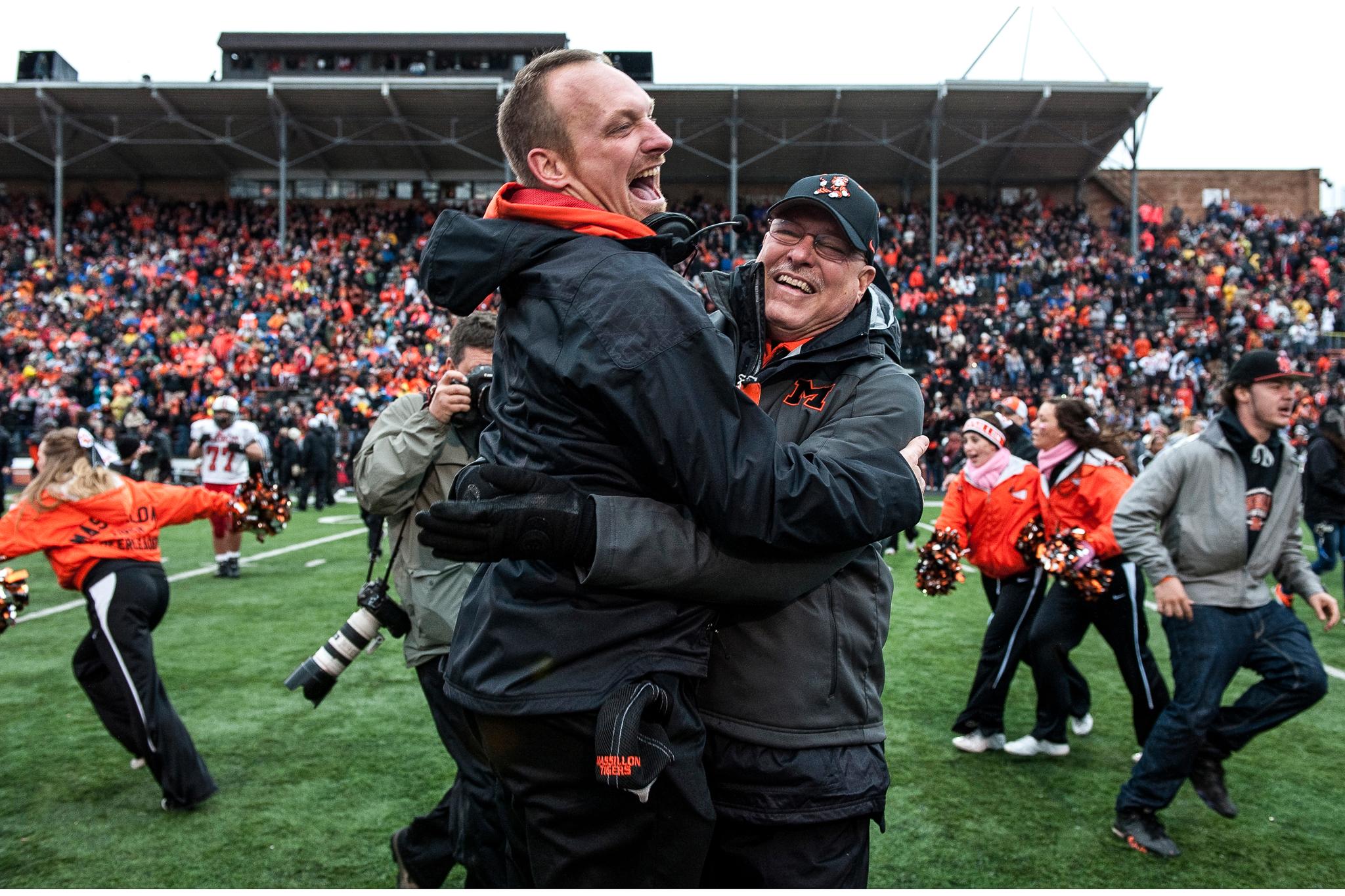Dos hombres contentos celebran en un campo de fútbol (© Gary Harwood/Tiger Legacy/Daylight Books)