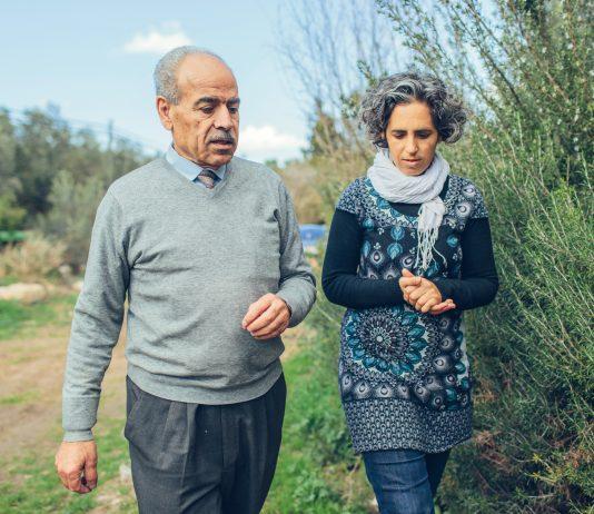 Bisnis minyak zaitun mempertemukan Ayala Noy Meir, warga Israel (kanan) dengan Khaled Hasan Hussein Yaseen Al-Juneidi, warga Palestina. (USAID/Bobby Neptune)