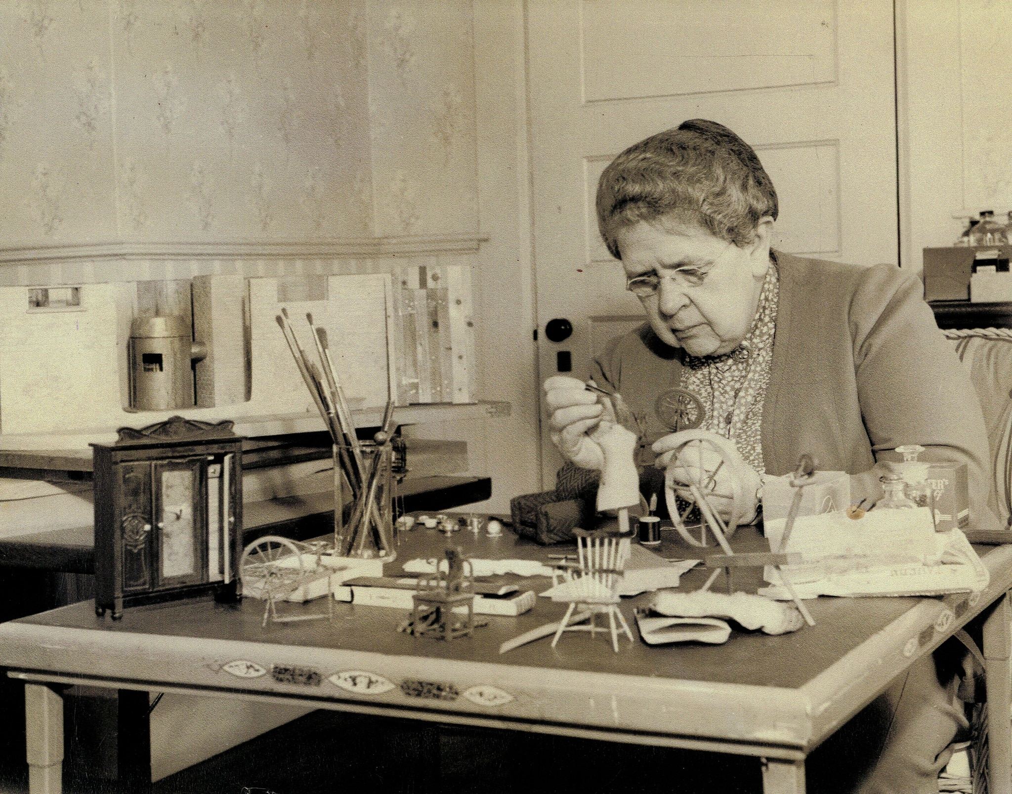 Une femme travaillant à une table (© Glessner House Museum/Smithsonian Institution)