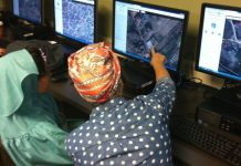 Mahasiswa Geografi dari George Washington University menafsirkan citra satelit untuk memetakan Kathmandu dengan menggunakan alat online. (State Dept. / USAID)