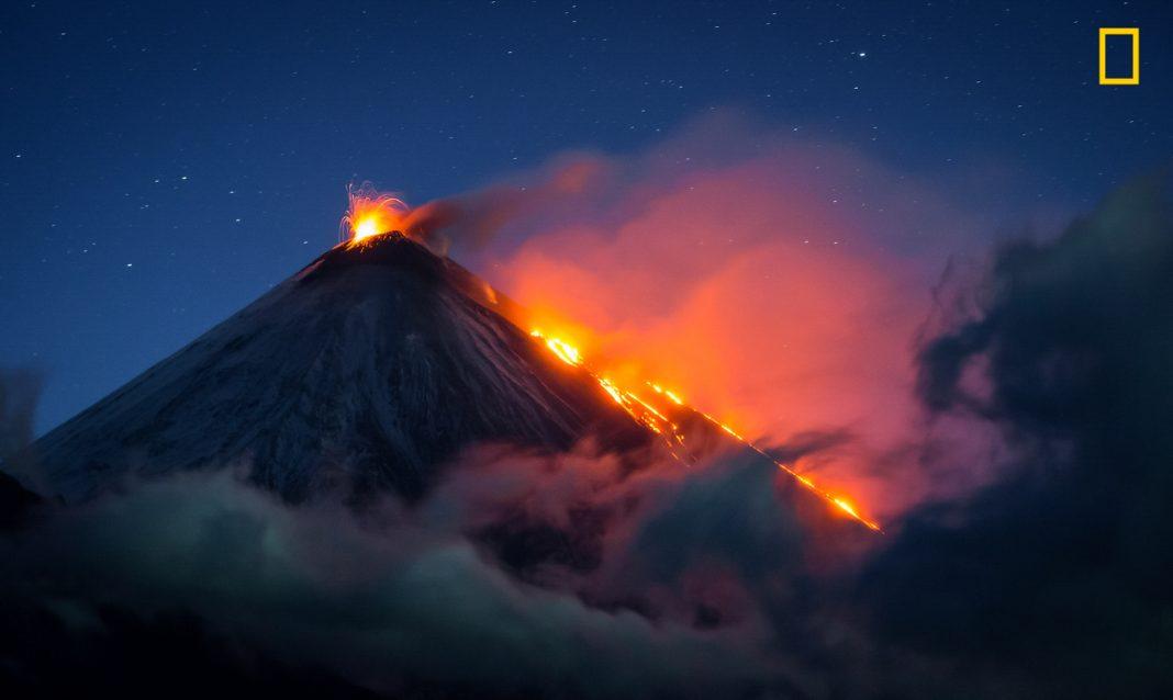 """Vulcão em erupção à noite (© Vladimir Voychuk/concurso """"Fotógrafo de Natureza do Ano"""" de 2017 da National Geographic)"""