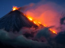 Un volcan en éruption (© Vladimir Voychuk/2017 National Geographic Nature Photographer of the Year)