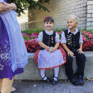 Menina e menino vestidos com trajes tradicionais alemães (© Sherry L. Brukbacher)