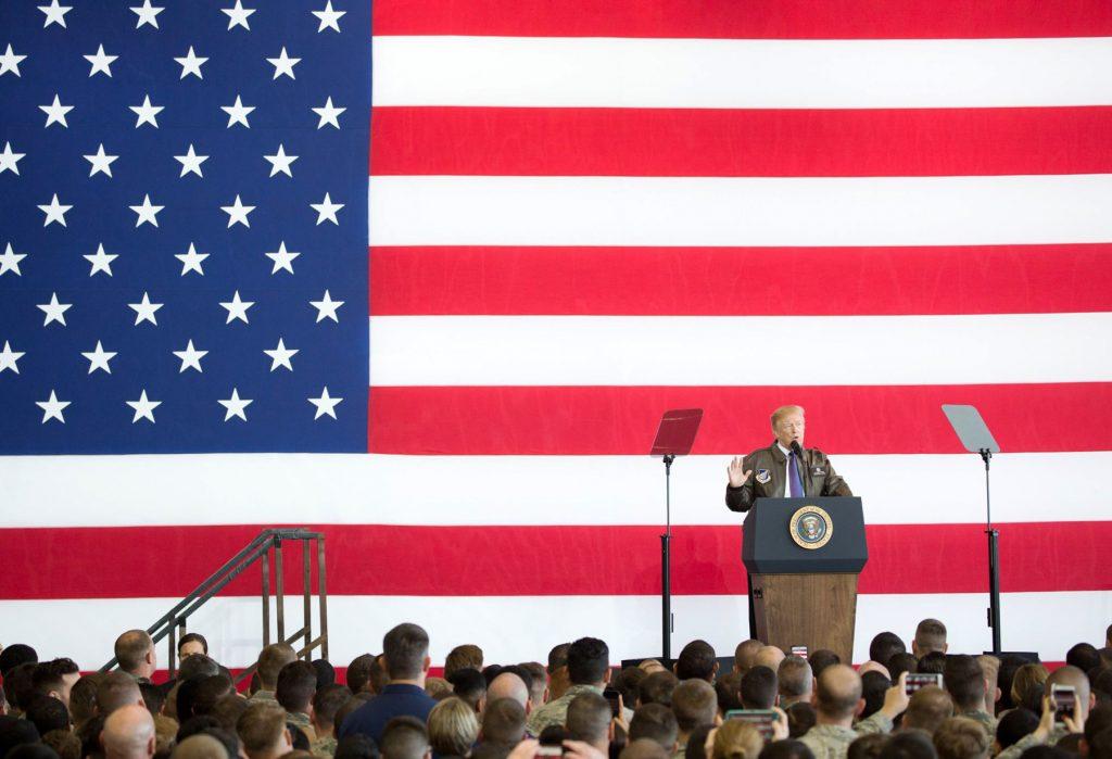 대형 미국기 앞에서 트럼프 대통령 연설 (쉴라 크레이헤드/백악관)