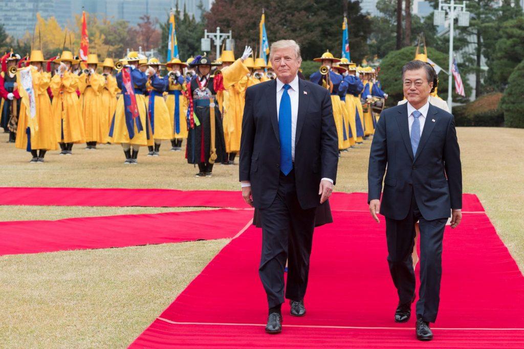 공연자들이 뒤를 따르며 트럼프 대통령과 문재인 대통령이 함께 레드 카펫을 걷고있다. (백악관)
