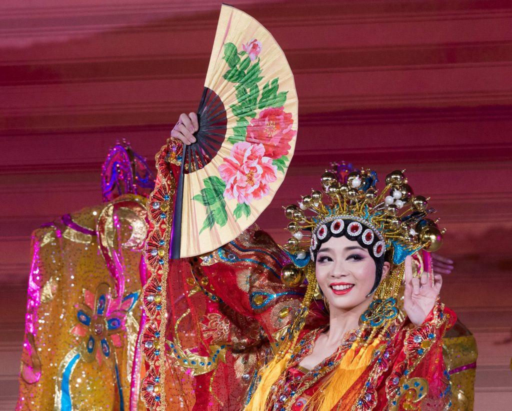 부채를 들고있는 중국 의상을 입은 중국 여인 (백악관)