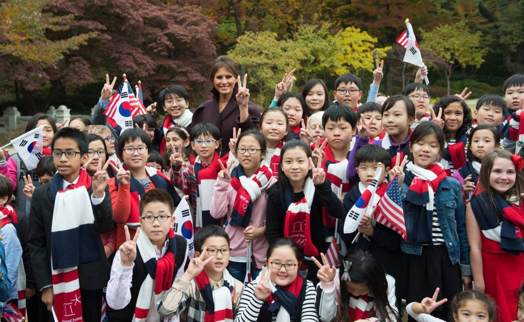 멜라니아 트럼프를 둘러싸고 미소짓는 학생들 (백악관)