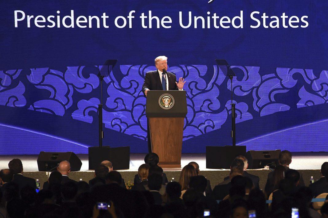ステージの演壇で演説するトランプ大統領 (© AP Images)