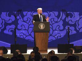 Le président Trump sur un podium en train de parler dans un microphone (© AP Images)