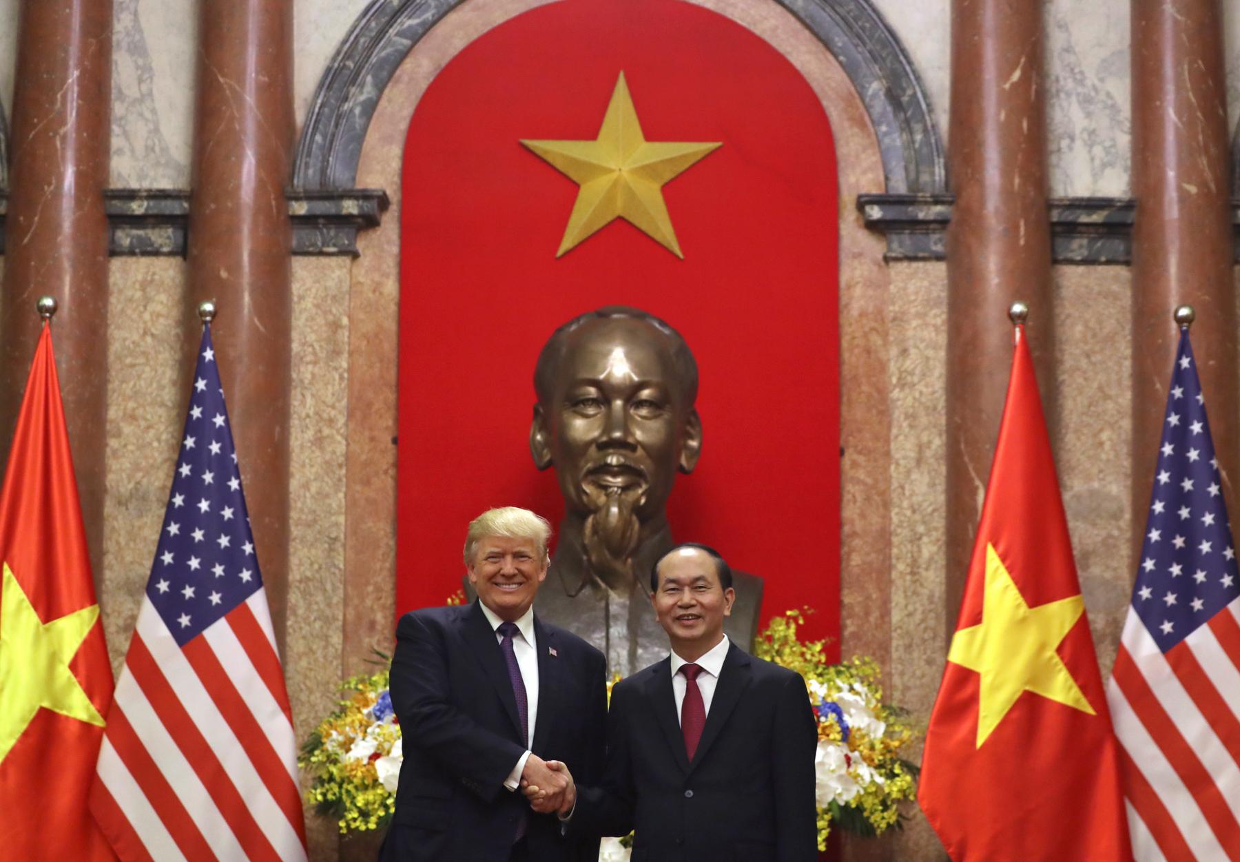 El presidente Trump y el presidente vietnamita Tran Dai Quang de pie frente a un busto de Ho Chi Minh (© AP Images)