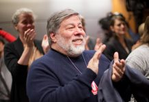 Steve Wozniak en train d'applaudir (© AP Images)