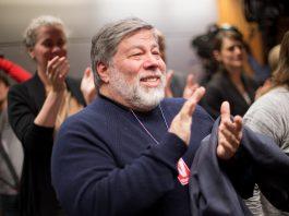 Steve Wozniak aplaudindo (© AP Images)