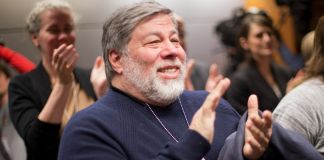 Steve Wozniak aplaudiendo (© AP Images)