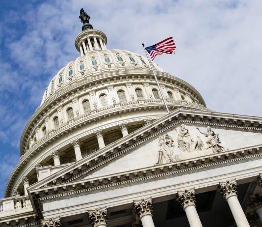 Kubah Capitol A.S. dilihat dari bawah (© AP Images)