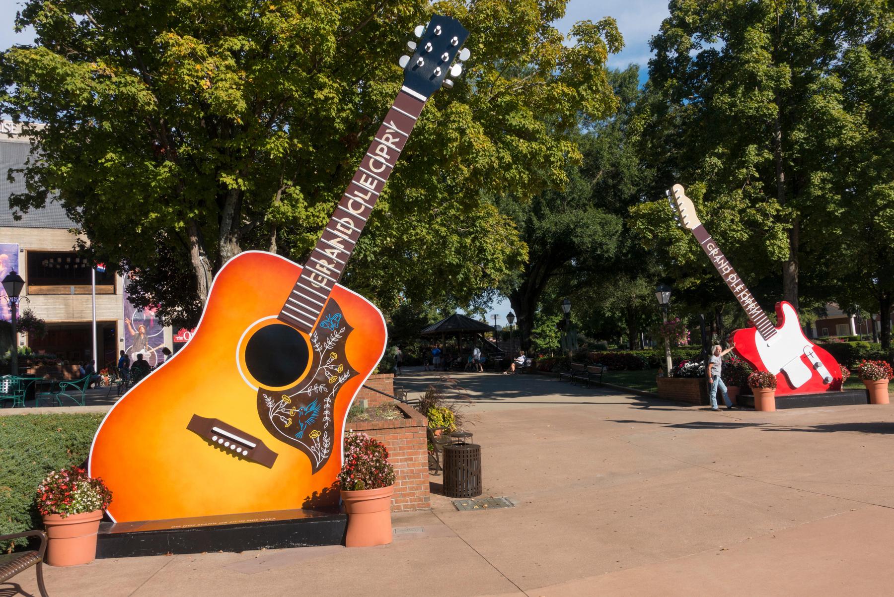 Duas esculturas de guitarra de grande dimensão saindo do chão (© Alamy)
