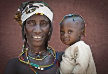 Woman holding her child (© Jorge Fernandez/LightRocket via Getty Images)