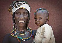 Mulher segurando seu filho (© Jorge Fernandez/LightRocket via Getty Images)