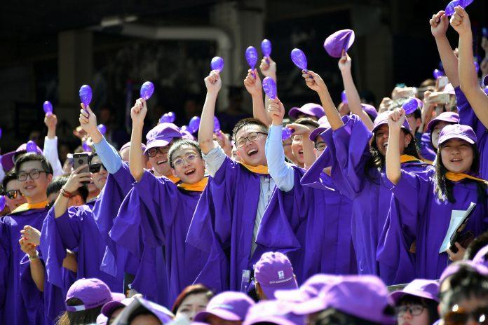 Angkatan 2017 merayakan permulaan tahun ajaran di New York University. NYU meraih peringkat pertama dalam pendaftaran internasional. (© Dia Dipasupil/Getty Images)