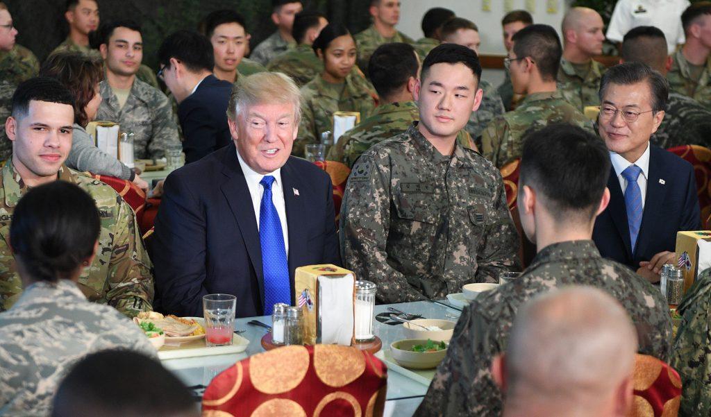 미국의 트럼프 대통령과 한국의 문재인 대통령 군관계자들과 환담 (© 짐 왓슨/AFP/게티 이미지스)