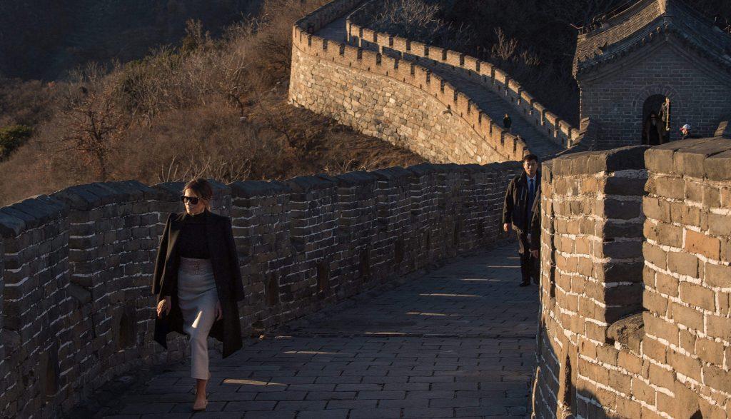 중국의 만리장성에서 걷고있는 멜라니아 트럼프 (© Nicolas Asfouri/AFP/게티 이미지)